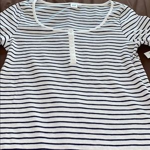 SS BLACK AND WHITE HENLEY SCOOP NECK LARGE